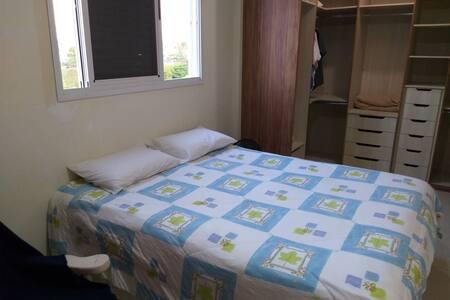 Suíte com cama Queen, closet e banheiro espaçoso