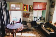 Стол для гостей, место для отдыха