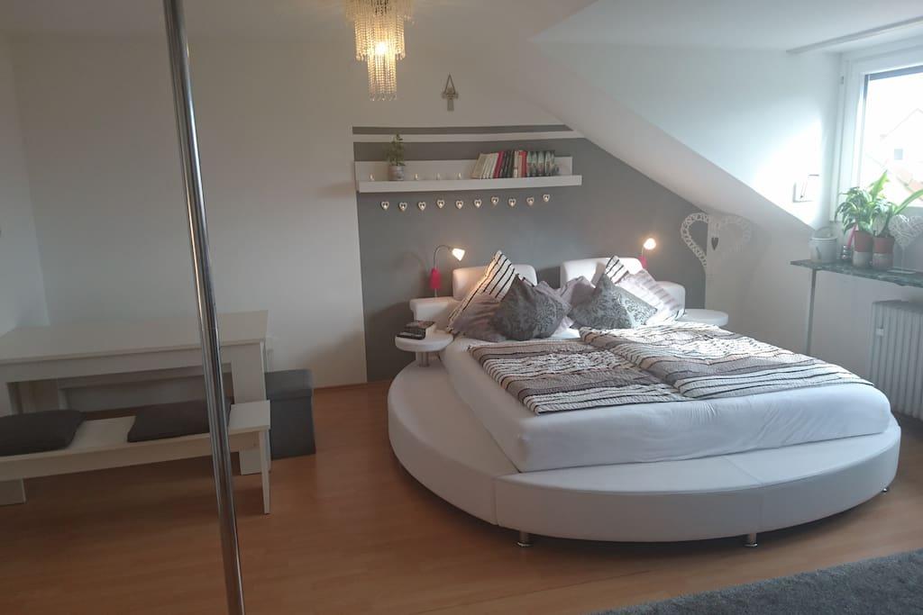 Schlafzimmer - großes, gemütliches Bett und Tisch mit Bänken