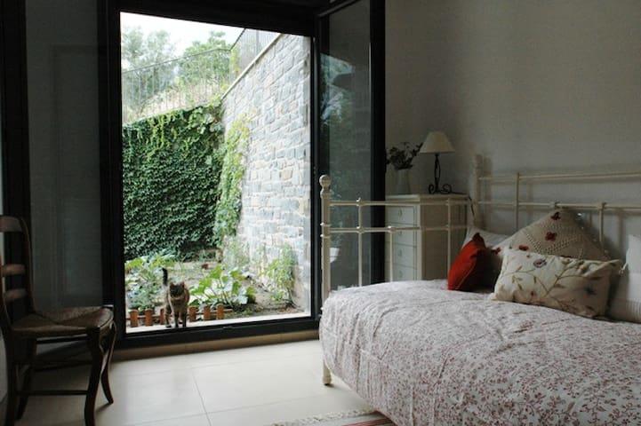 Habitación 'Cuco'. Diván para una persona, con salida a la terraza y al huerto ecológico.