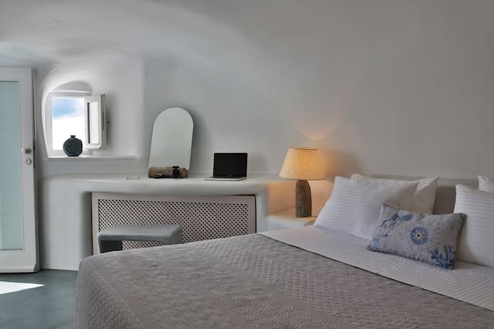 bedroom with king size bed and memory foam mattress
