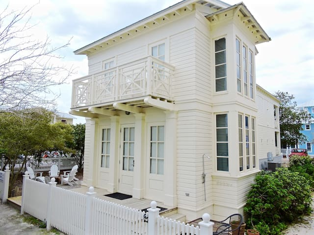Directly Across from Beach in Seaside-1 BR sleeps 4-20% Fall Colors Savings