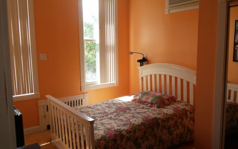 Large room, very conveniently to train, bus, jfk#1