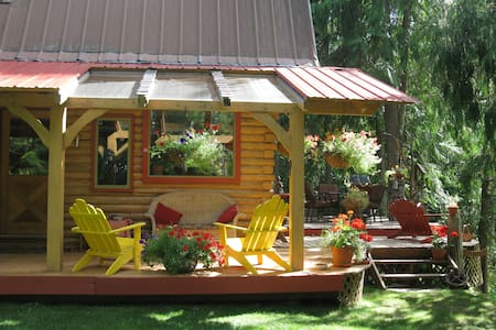 Kaslo Getaway - Cozy, Quiet and Natural Experience
