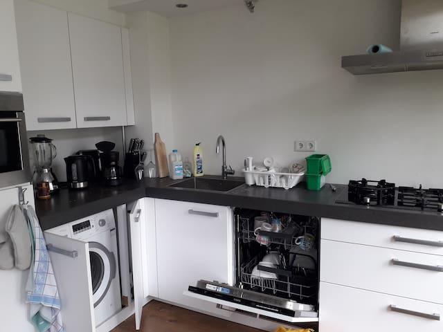 Modern Kitchen with dishwasher and washmachine.