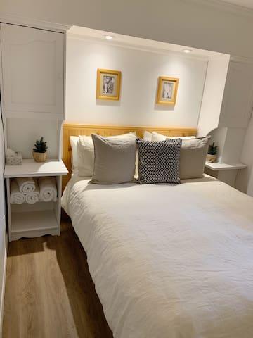 Bedroom with double bed.  Chambre à coucher avec lit double.
