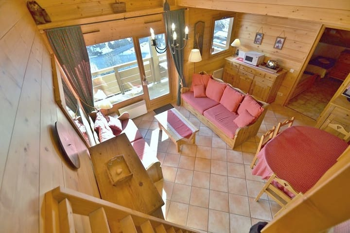 Piste-side duplex apartment for 6-8 with 3 bedrooms & wifi!