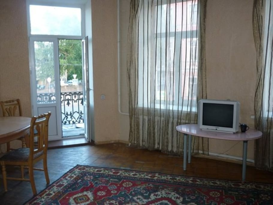 В большой комнате 5 окон, вид на набережную канала Грибоедова