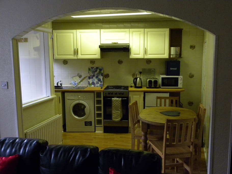 kitchen with washer/dryer, gas cooker and microwave