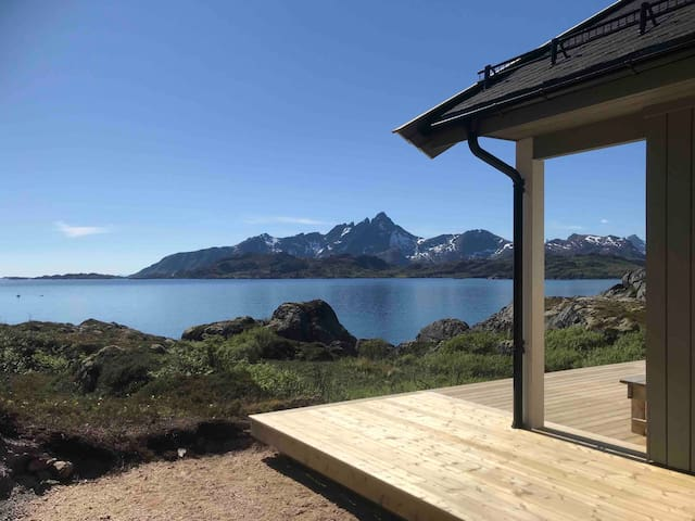 PRIVATE NEWLY BUILT WATERFRONT CABIN IN LOFOTEN
