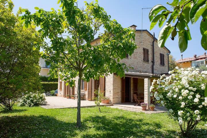 Casale con giardino vicino al centro Casarmonica