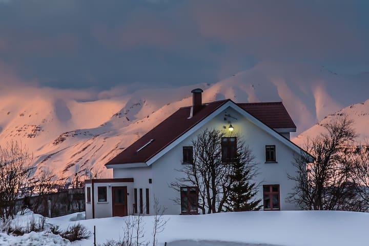 Karlsá Lodge - 620 Dalvík - Dům
