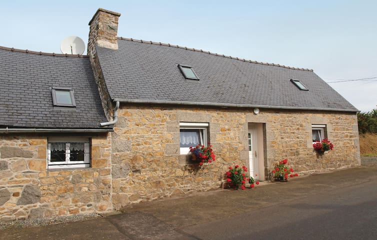 Holiday cottage with 1 bedroom on 45 m² in Quemperven