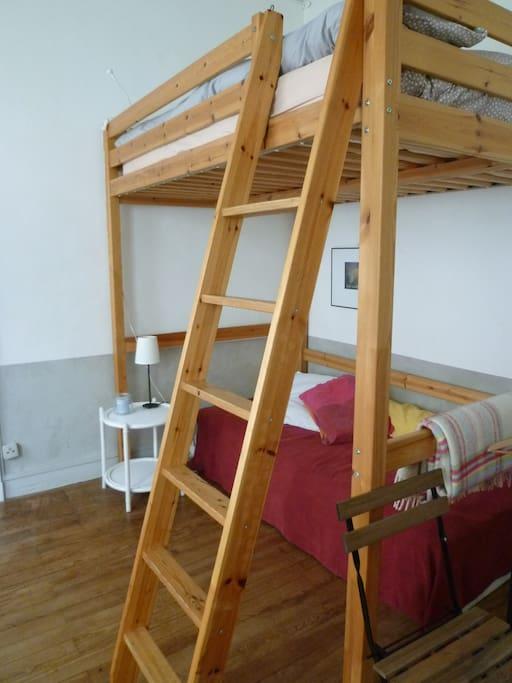 Un lit double en mezzanine et un lit simple ...ou, un canapé pour se reposer après une bonne visite de Bordeaux!