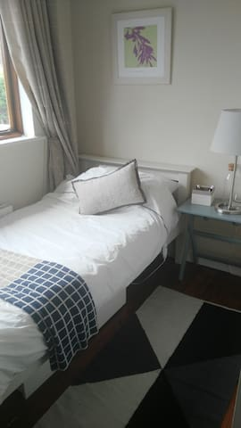 Light filled single room close to City & Airport. - County Dublin - บ้าน