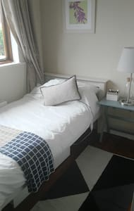 Light filled single room close to City & Airport. - Dom