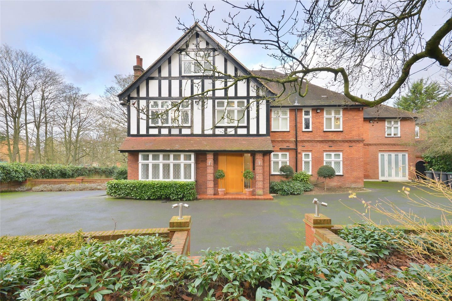 Lovely Family Home opposite Kenwood House, Hampstead Heath. Great for country living in London, lovely long walks on the heath with views over London. Located between the historic villages of both Highgate and Hampstead. Central London 20/30 minutes away by car.