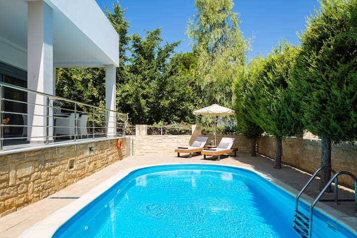 Villa Inn is set in 300 m2 outdoor area with a private swimming pool (1,50 metres deep) and a 50m2 lawn covered area.