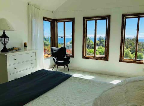 Ocean View Farmhouse Suite, Hot Tub, mins to Beach