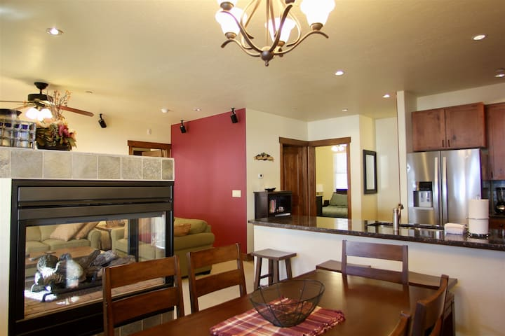 Walk to High-speed chair lift! Center of Copper, private garage and deck, community hot tub, 15 minutes to Frisco