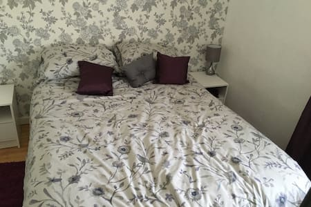 Cosy double room in family home, wifi and parking - Bath