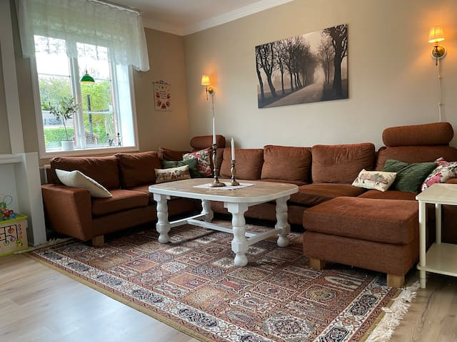 Stor soffa i vardagsrummet som även fungerar som två sängplatser om man vill