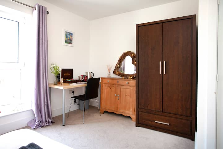 Lovely modern room, own bathroom, close to station