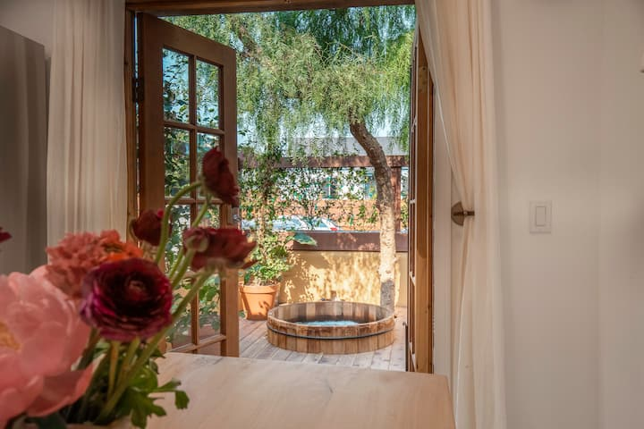 The Jasmine Oasis w/Cedar Hot Tub!