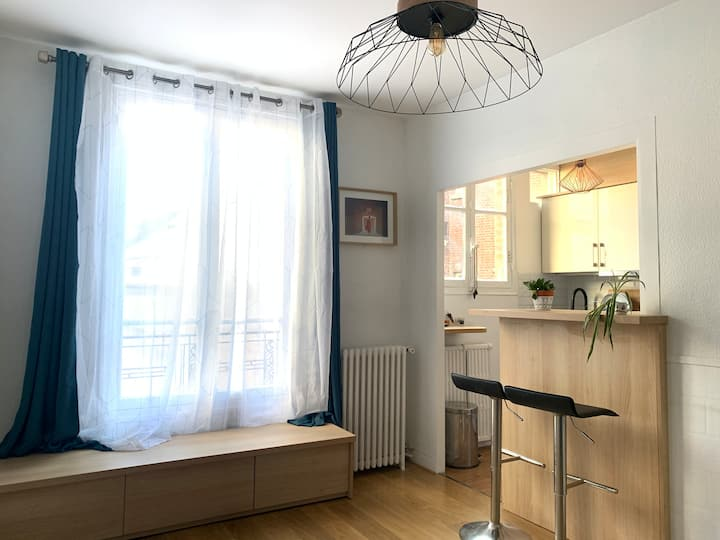 Apartment Design Well Located with Queen Size Bed