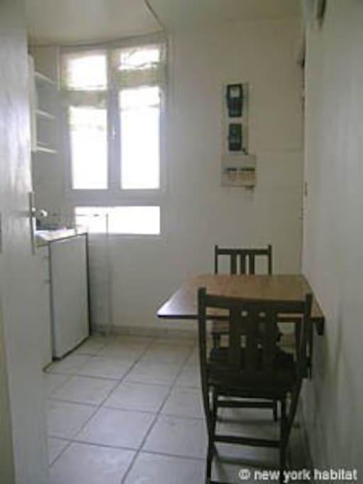Cuisine. Une petite table pour manger à 2. Fenêtre donnant sur cour (voir photo)