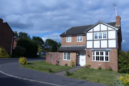 3 Private Bedooms in Lovely Home in Quiet Location - Poole