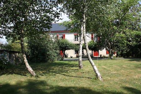 """Chambre """"Plein Ouest"""", Lourdes, Pau - Livron - Bed & Breakfast"""