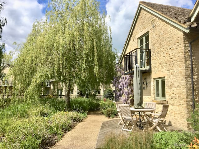 Oakleigh Cottage, Cotswolds, with pool and lakes.