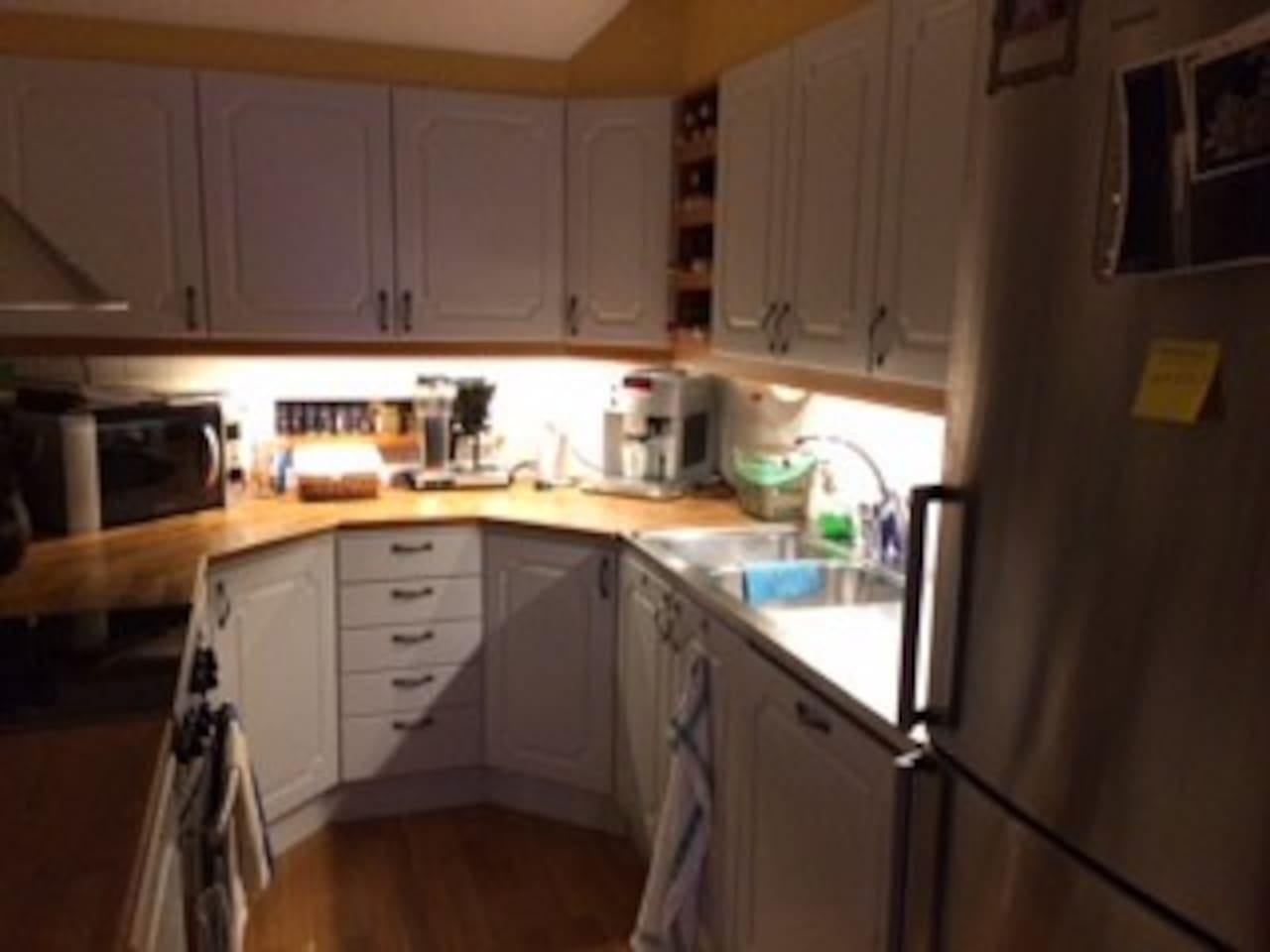 Trevligt fullt utrustat kök med sittplatser för 6 personer