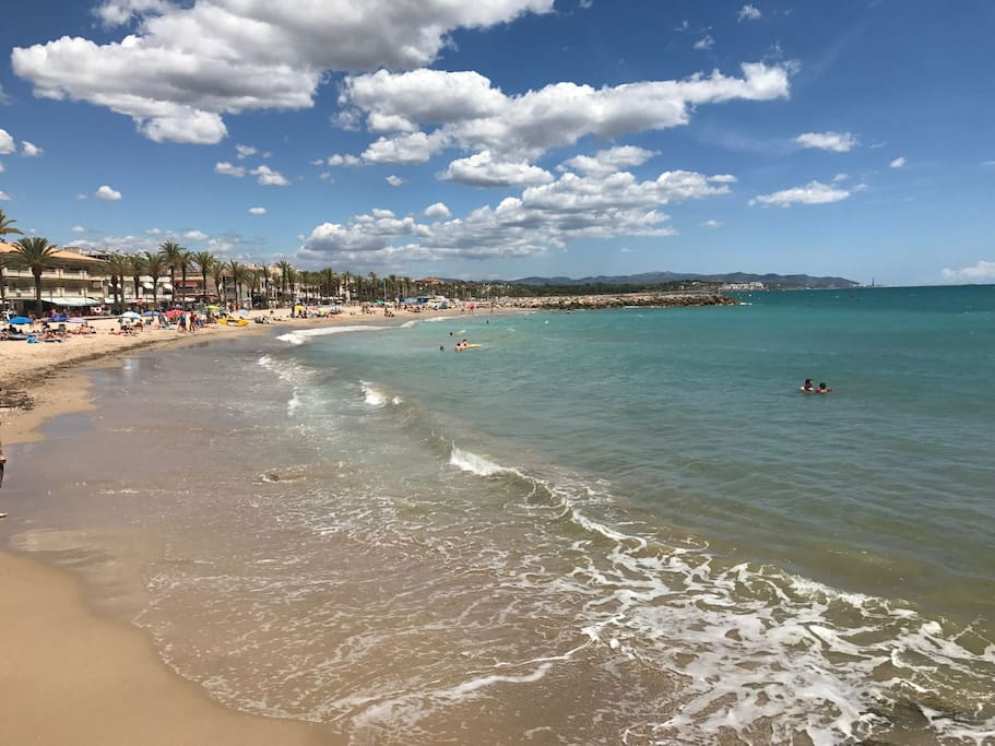 Great beaches (some of them with a quality recognition flag) Estupendas playas (alguna de ellas con bandera azul otorgada).