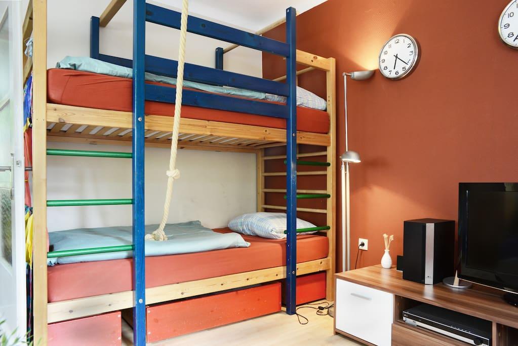 Beide Matratzen sind 100x200cm und ergeben somit zwei bequeme und rückenfreundliche Schlafplätze. Ok, der obere muss klettern können ☺