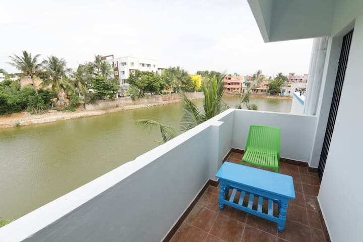 ELO House -Bedroom with lake view, couple friendly