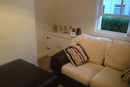 MODERN 2-BED TERRACED HOUSE - Macclesfield - Huis