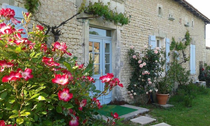 Charmante longère restaurée XVIIIem - Poullignac - House