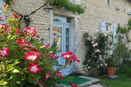 Charmante longère restaurée XVIIIem - Poullignac - Casa
