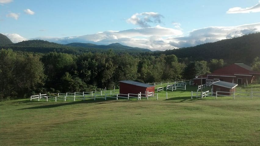 The View. Nuff said. Welcome! GREEN - Keeseville - บ้าน