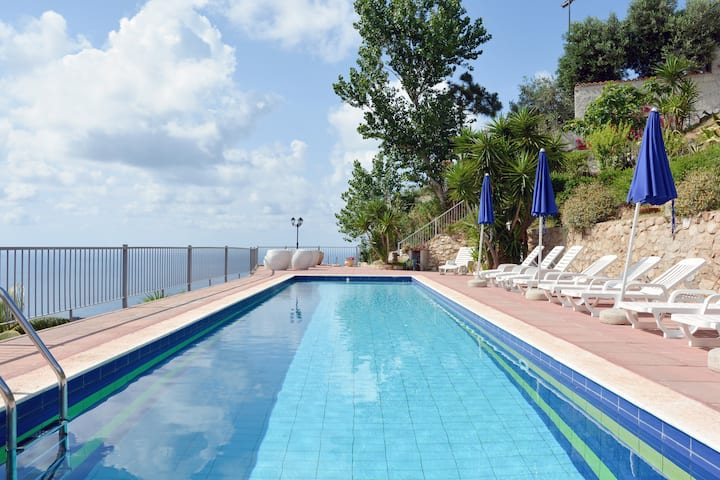 Holiday Home, Pool, Garden, View!