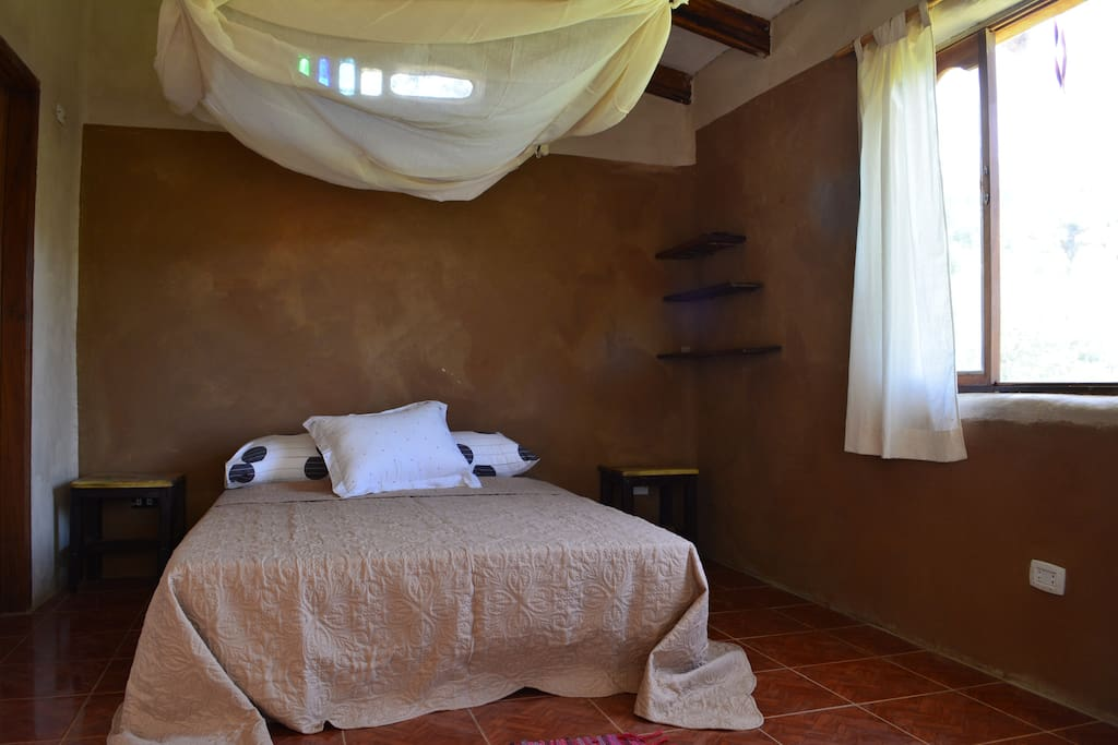 Cuarto matrimonial 1 cama de 2 plazas, cuenta con balcón terraza con hermosa vista al pueblo, viñedos, montañas, jardín.