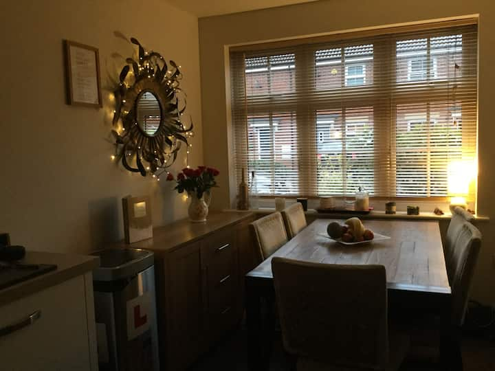 Doncaster - double room in modern house.