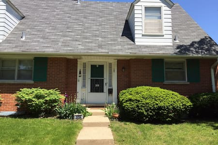 Single Bedroom in Quiet Townhome - Evanston