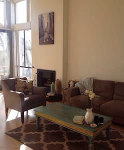 Short or term sublet available in beautiful Studio City! Prime location near shopping, fine dining, grocery, public transportation and a short walk to historic Ventura blvd! Furnished bedroom in shared 2bd/2bth apartment. Nice, friendly roommate.