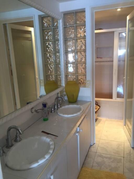 Baño principal con tina muy iluminado, amplio y con closet.
