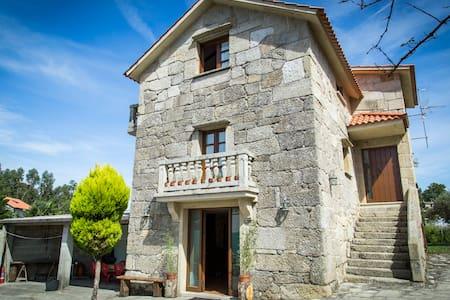 Casa de piedra con tres plantas - Bueu