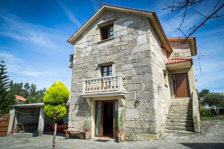 Casa de piedra con tres plantas