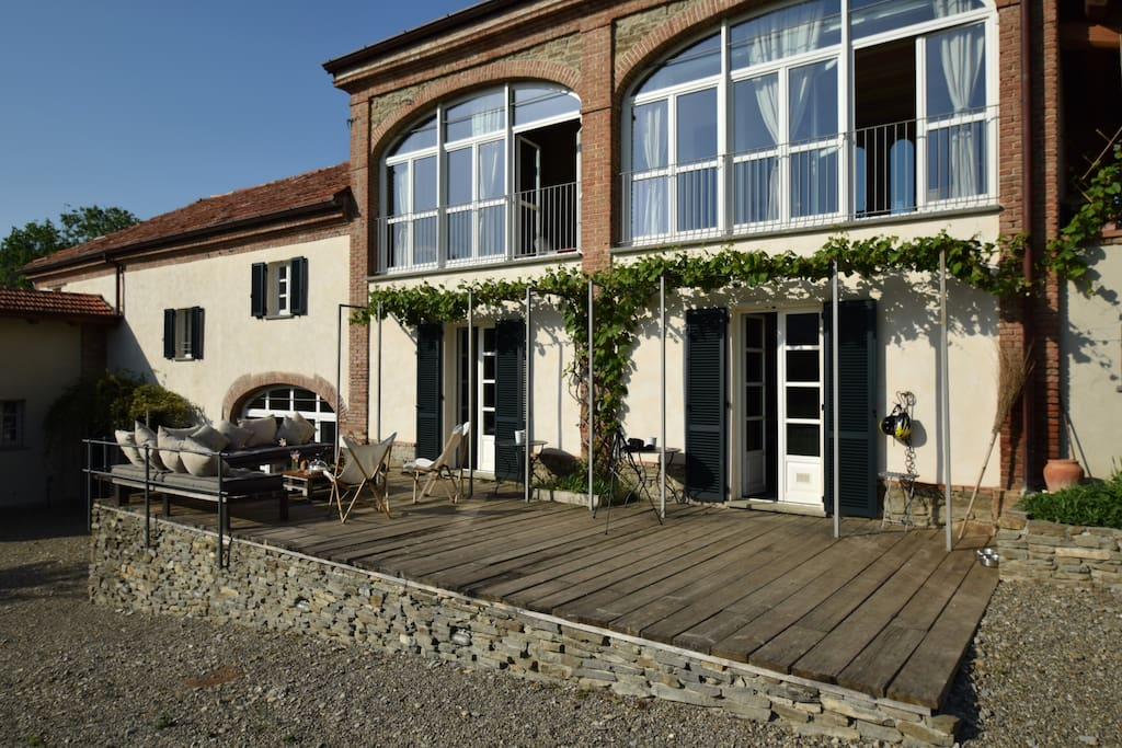 Cascina Mastricco: front with the outside patio